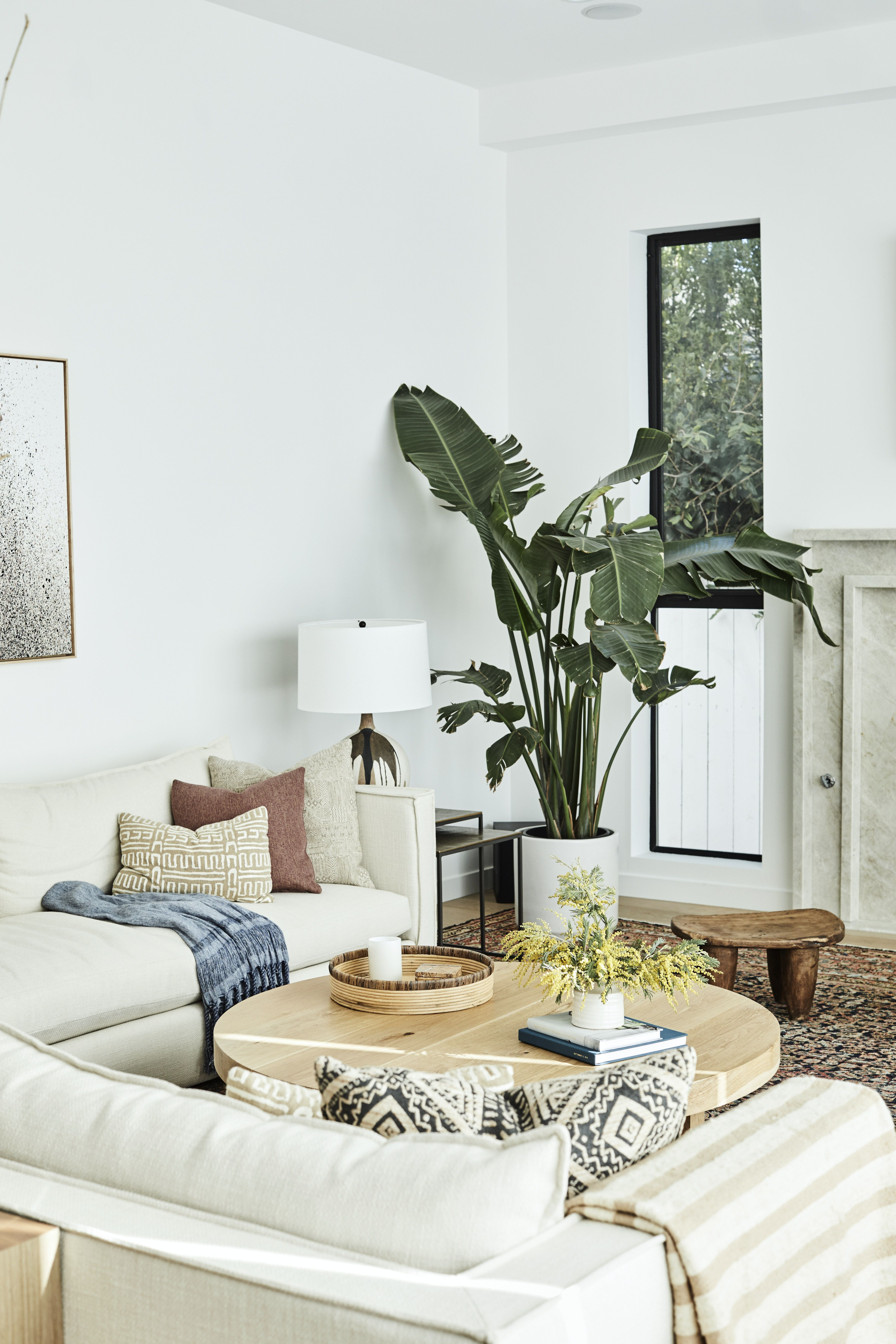 Cali Cool Takes On A New Meaning In This Light Filled Home Warm Living Room Design Minimalist Living Room Round Coffee Table Living Room