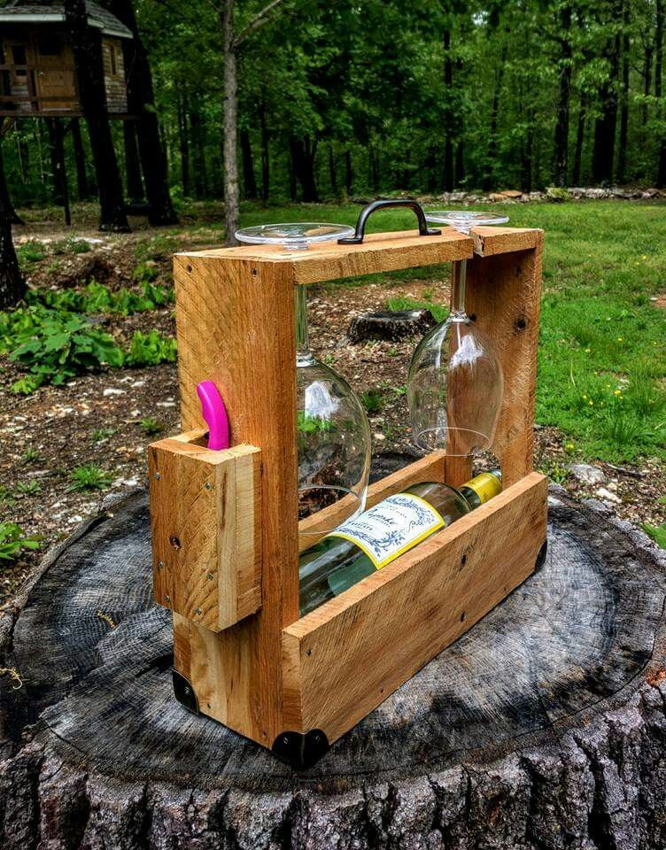 wine caddie from pallet wood with 2 glasses and corkscrew hobbit. Black Bedroom Furniture Sets. Home Design Ideas