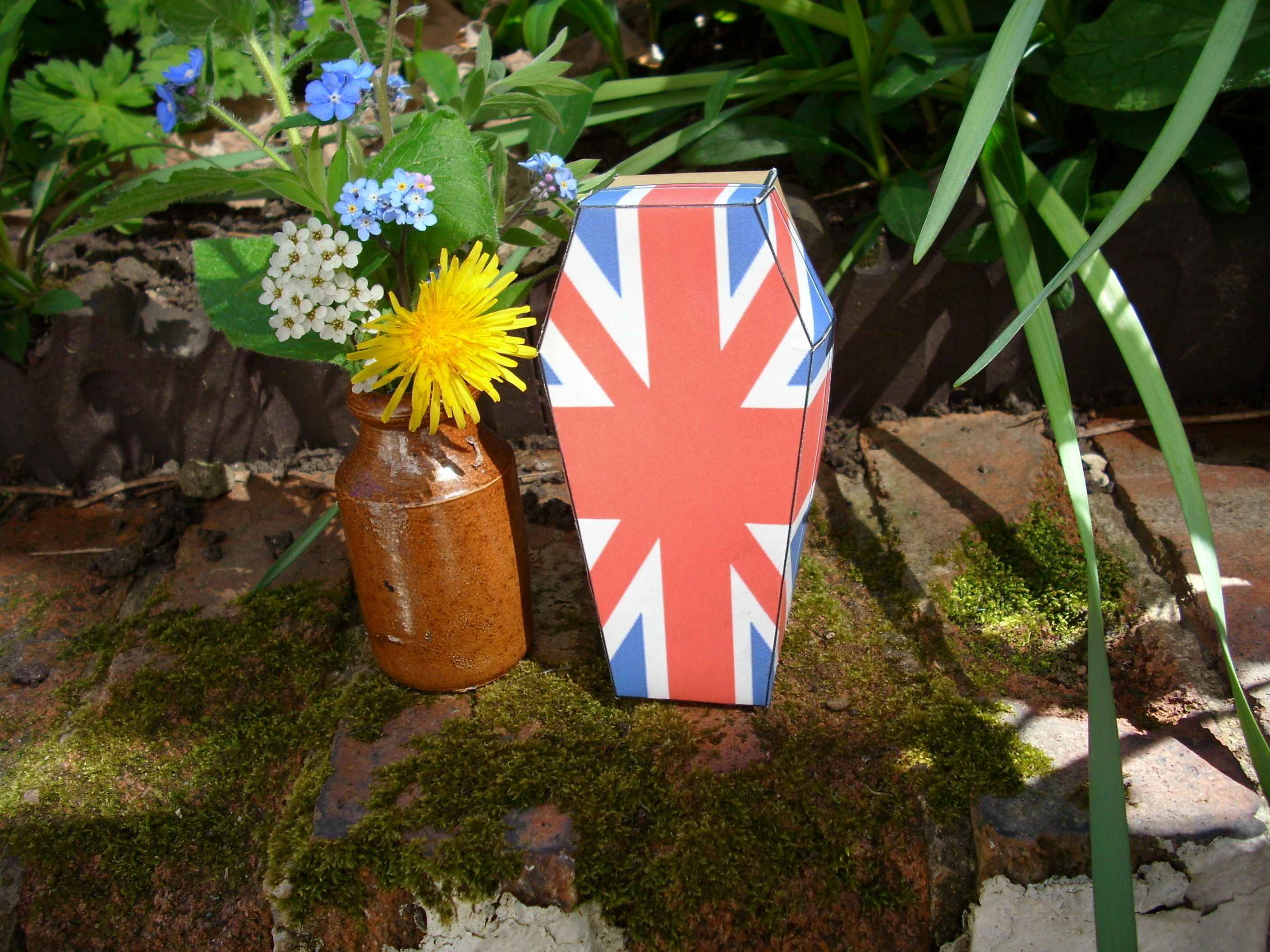this uk flag small pet coffin you can download print out and make