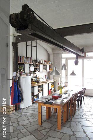 Stahlträger mit Flaschenzug-Funktion im Essbereich Wohnzimmer - wohnzimmer mit essbereich