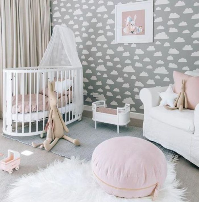 kinderzimmer einrichten ideen wei er pelzteppich babybett in wei wandtapeten wolken wanddeko. Black Bedroom Furniture Sets. Home Design Ideas