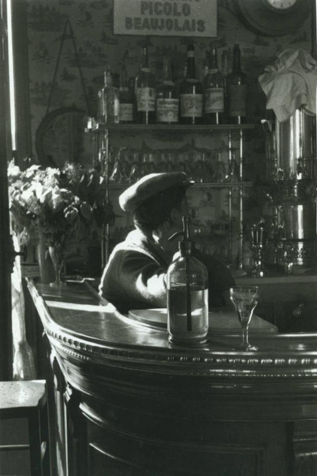 Un beau zinc, rue de Bagnolet, 1935. Une photo de René-Jacques.