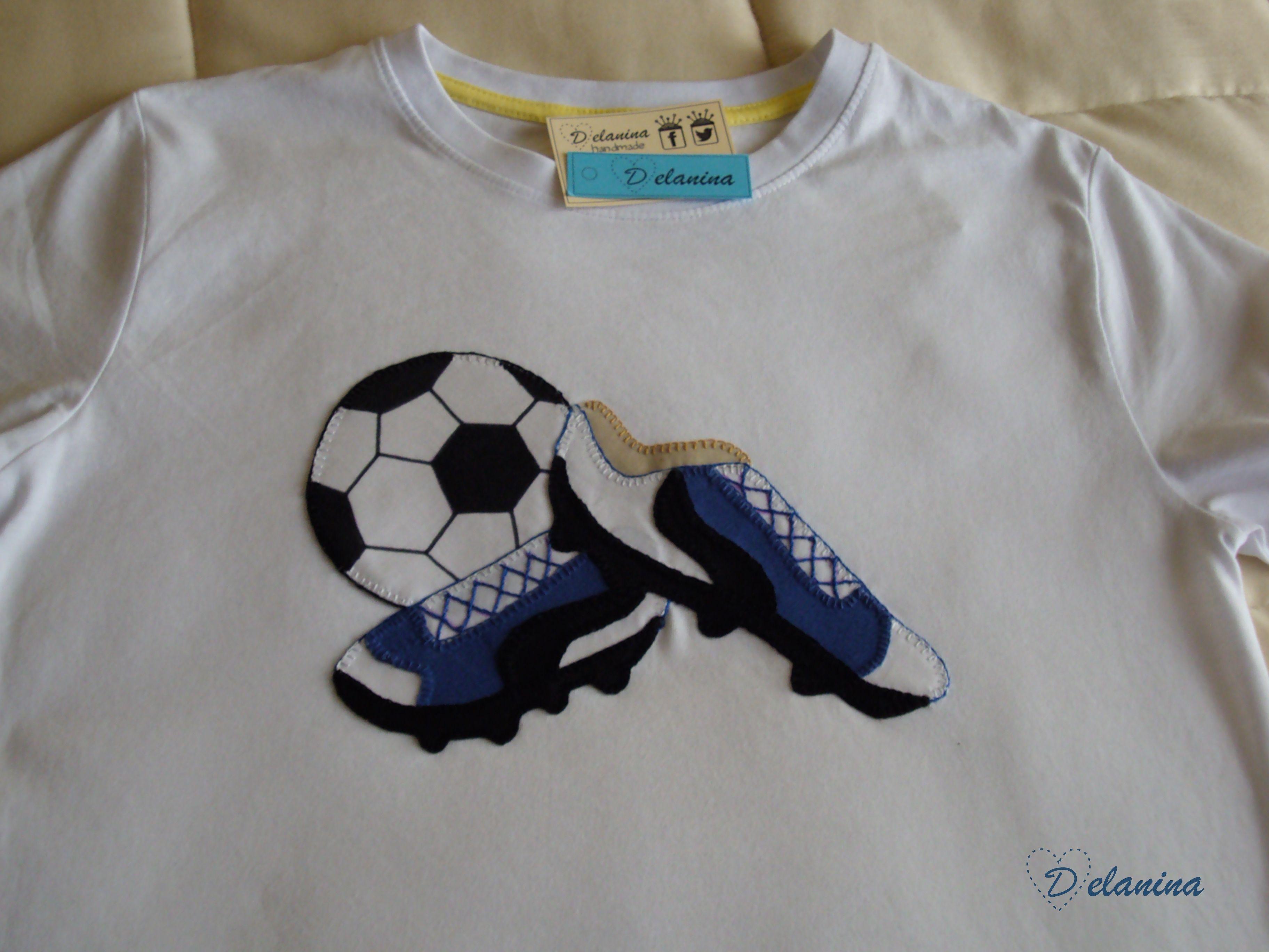 4b28fe221790f Camiseta botas de fútbol patchwork Camiseta realizada con aplicaciones en  tela tipo patchwork.