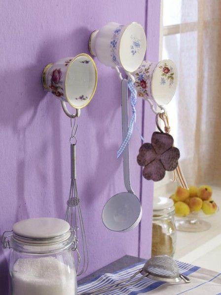Alte Porzellantassen an der Wand Upcycling, Shabby and Lavender - küche deko wand