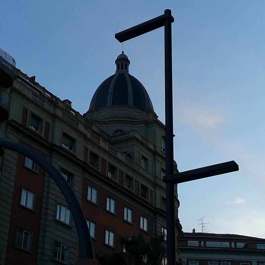 Y se fue el día en #Barcelona #atardecer #bluesky #cupula #arquitectura #building #instashot