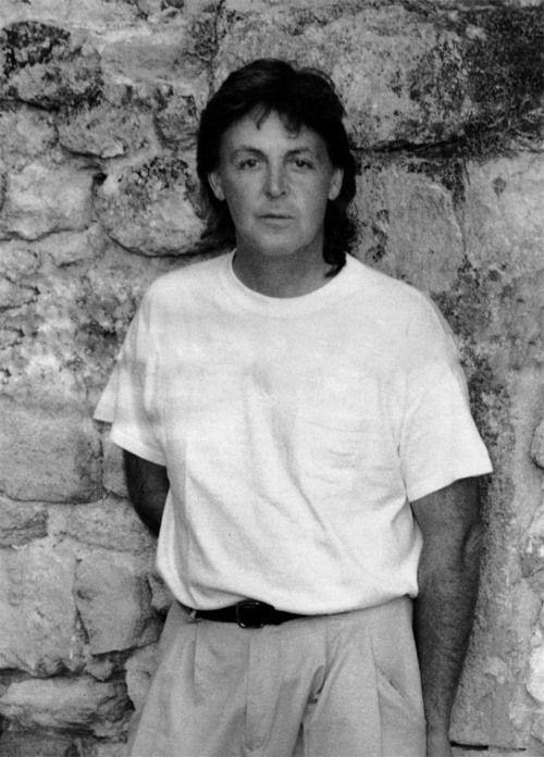 Paul McCartney (what a cute 50 year old man ♥)