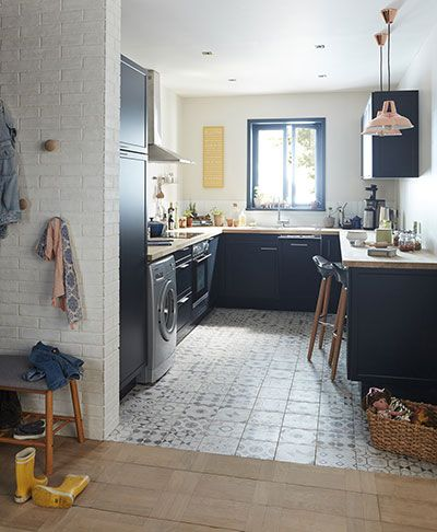 une cuisine multifonction un mini coin buanderie un espace pour les repas un mitigeur. Black Bedroom Furniture Sets. Home Design Ideas