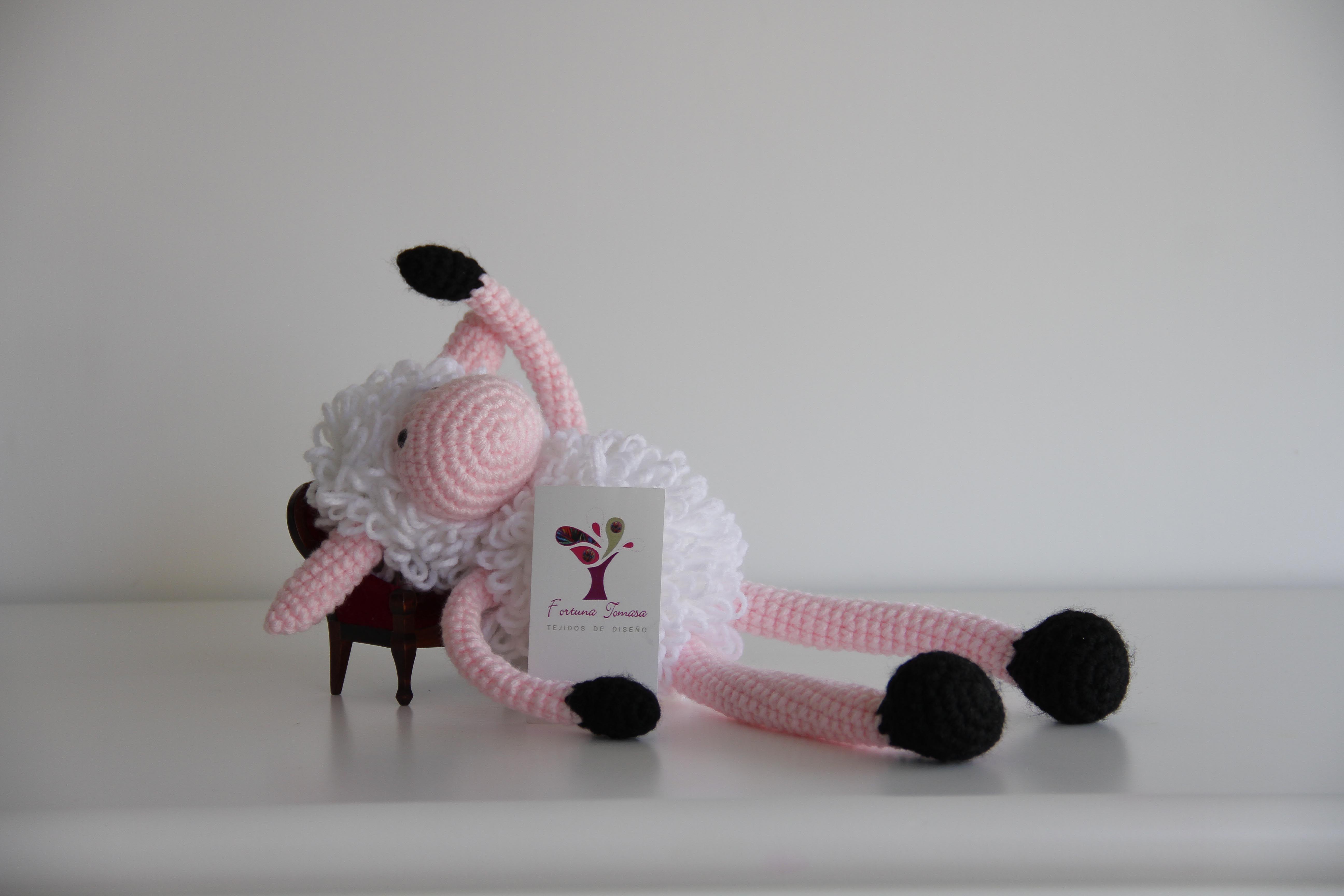 Oveja Feliciana ,tejida a crochet ,mide aproximadamente 35 cm de alto .