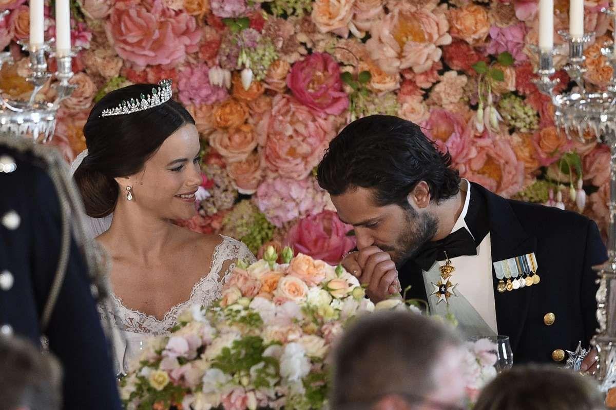 Wedding of Prince Carl Philip of Sweden and Sofia Hellqvist,June 13, 2015. THAT flower wall! roses, peonies, fuchia, sweet peas, cornations and hydrangeas. Breathtaking.