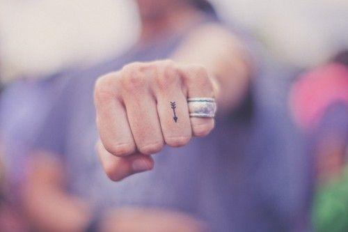 mini tatouage, flèche, doigt, tout est parfait!