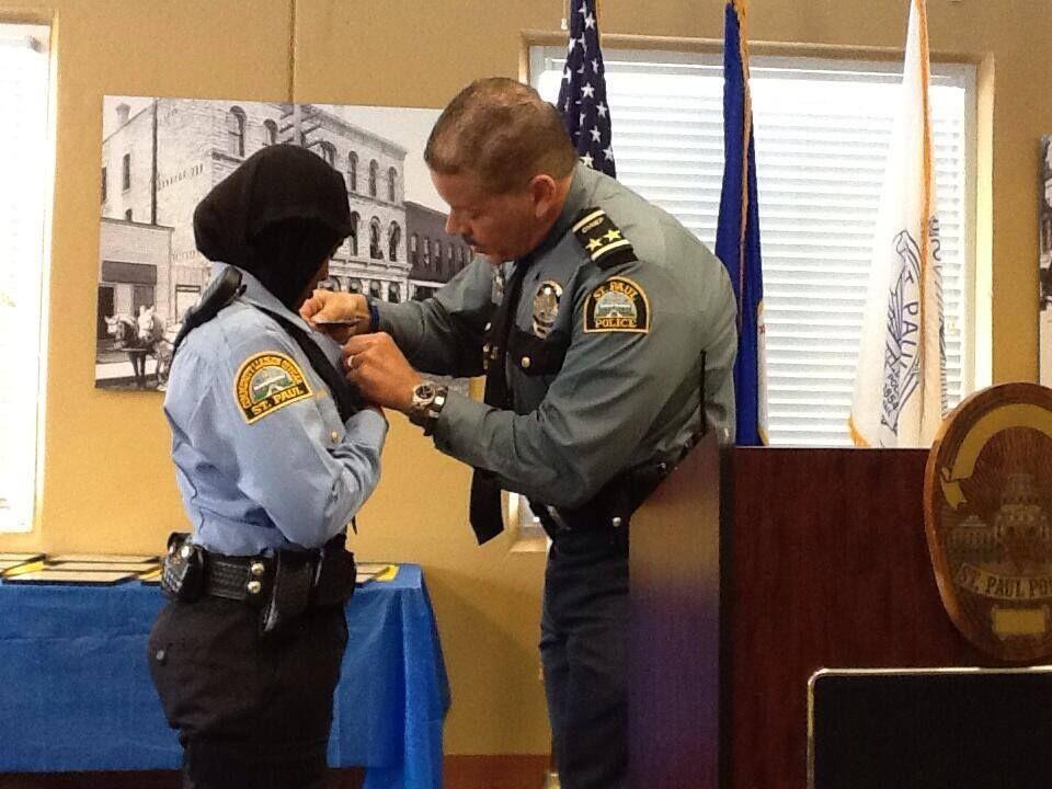 Meet Kadra Mohamed Minnesota America S First Hijab Wearing Police Woman Police Women Female Cop Muslim Women