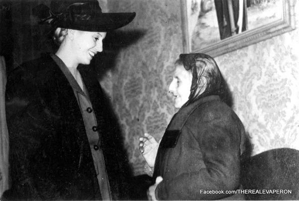 Evita y una anciana