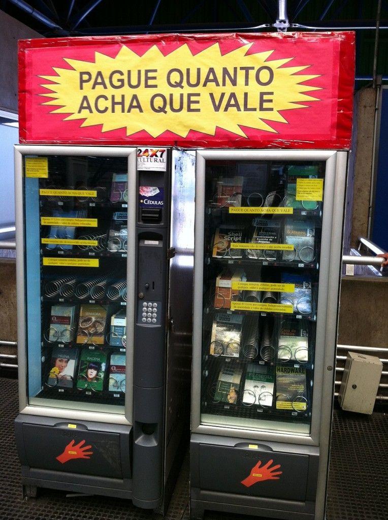 """No Brasil, ler custa caro. Depende. Em São Paulo, você encontra máquinas [daquelas de café] com livros, em suas prateleiras, que podem ser adquiridos até por R$ 2.   É o """"Pague quanto acha que vale"""", que já vendeu cerca de 28 mil exemplares.  As máquinas da 24X7 podem ser encontradas nas estações Palmeiras-Barra Funda, Brigadeiro, Consolação, Trianon-Masp, Luz e Anhangabaú do metrô.  Quanto custa a leitura na sua cidade?"""