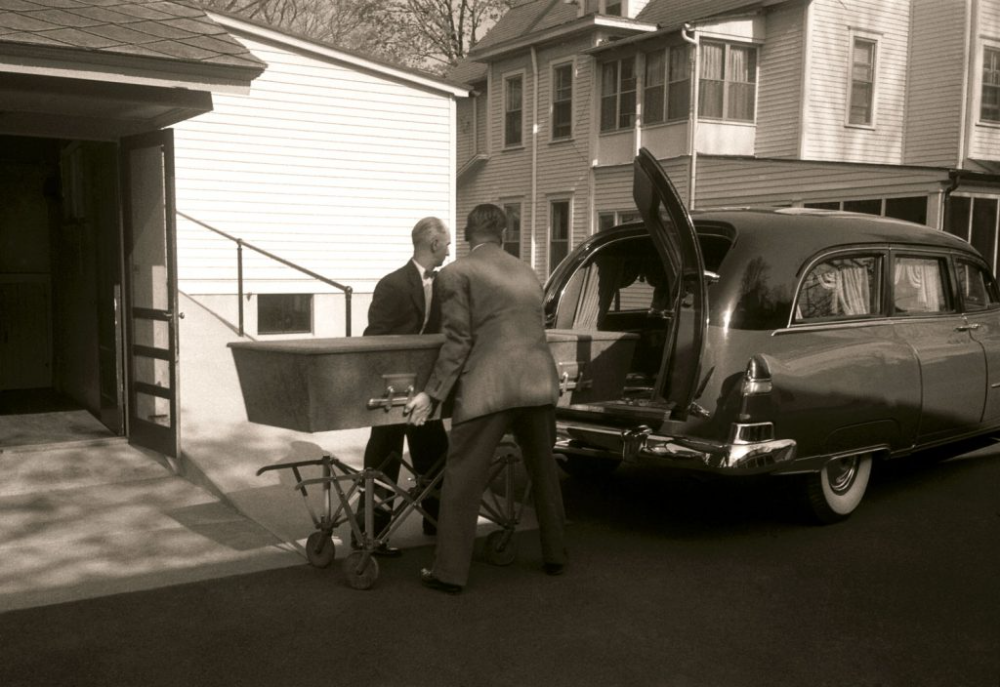 Albert Einstein S Casket Was Moved For A Short Time From The Princeton Hospital To A Funeral Home Princeton N Albert Einstein Einstein How The Universe Works