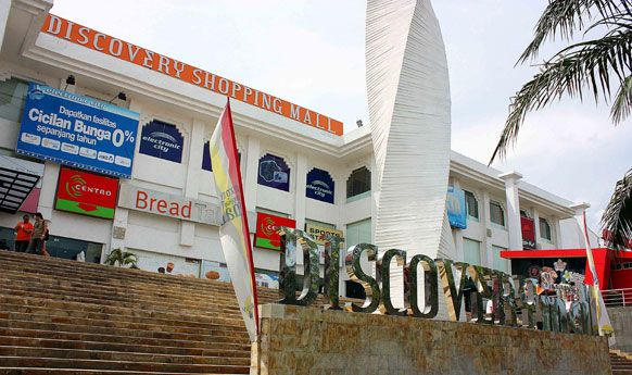 Seven best places to shop in Kuta  Discovery Mall  Just a stone throw away from Kuta Arts Market is Discovery mall. This is a western style airconditioned shopping mall and you'll find a lot of big name brands in clothing and other items. There're also restaurants and coffee shops in this mall.    By Flipnomad
