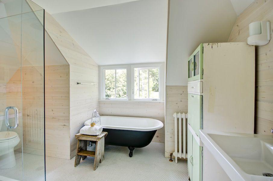 Modern Farmhouse Bathroom with Black & White Clawfoot Tub | Bathroom ...