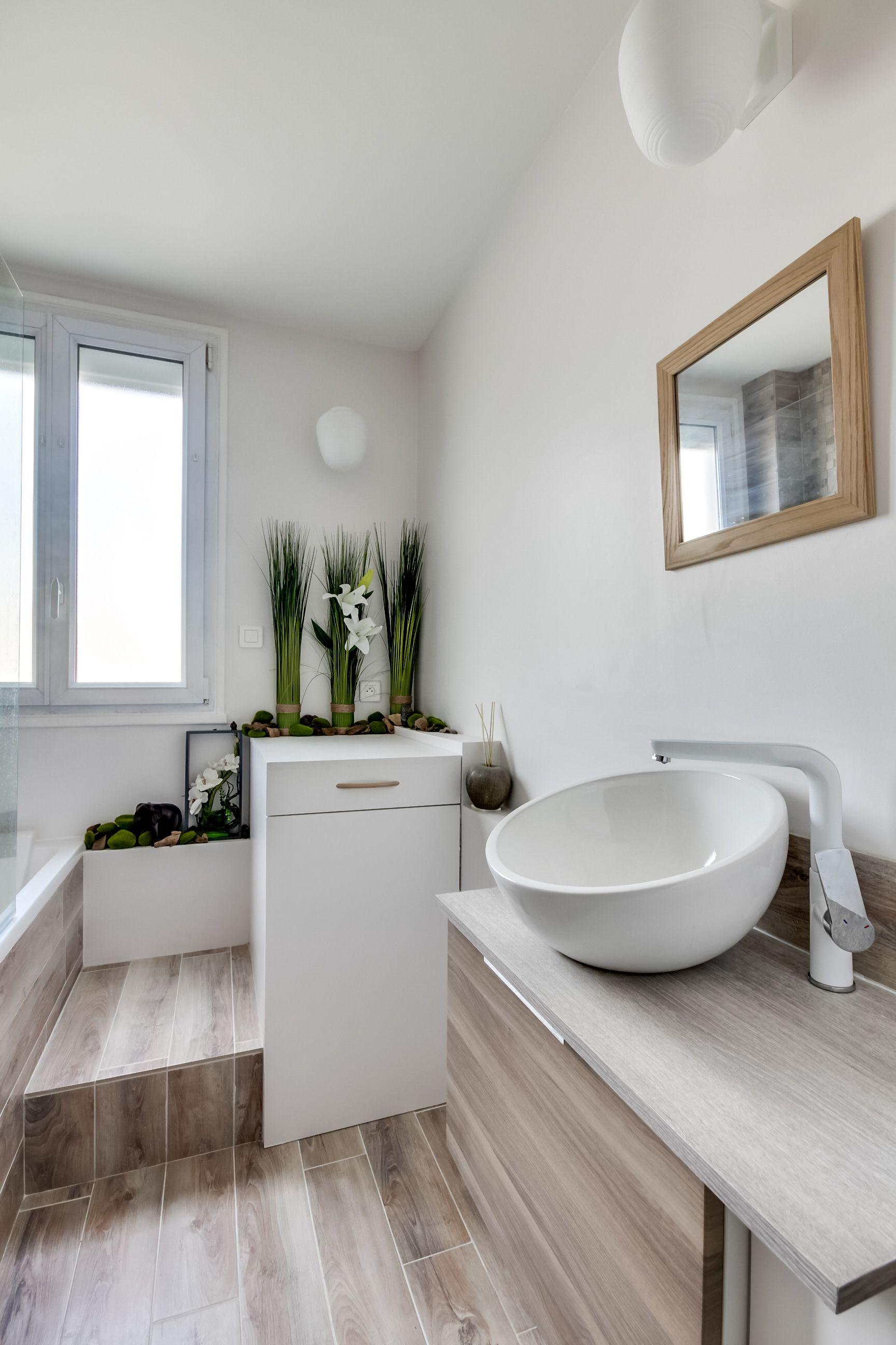 Une salle de bains chic et sobre tout en bois et blanc, dans un appartement rénové par l'architecte d'intérieur Nicolas Corazzari à Vanves.