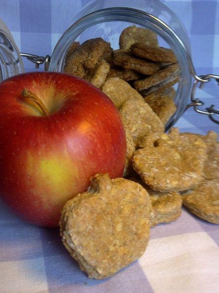 *Äpfelchen* - die kleine Vitamin-Bombe für einen gesunden Wedelpopo an Deiner Seite.    Frische rote Äpfelchen geraspelt zusammen mit Vollkornweize...