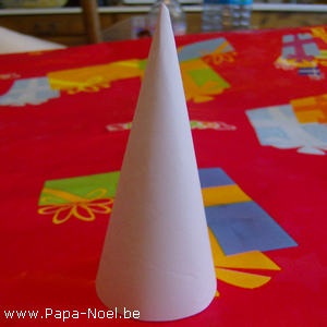 Fabriquer un c ne en papier fabrication d 39 un cone en for Decorations noel a fabriquer