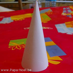 fabriquer un c ne en papier fabrication d 39 un cone en papier pour faire une d coration de no l. Black Bedroom Furniture Sets. Home Design Ideas