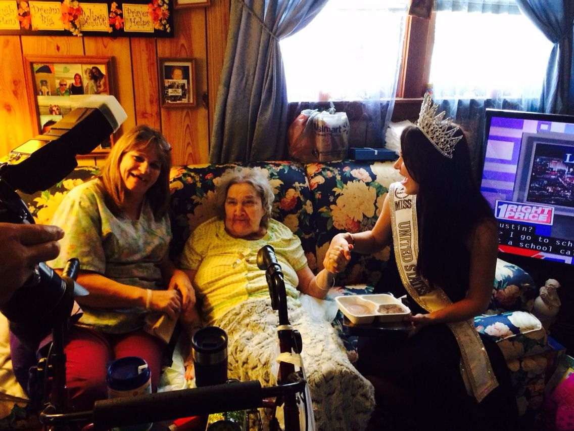 Miss United States delivering Meals with us 2015