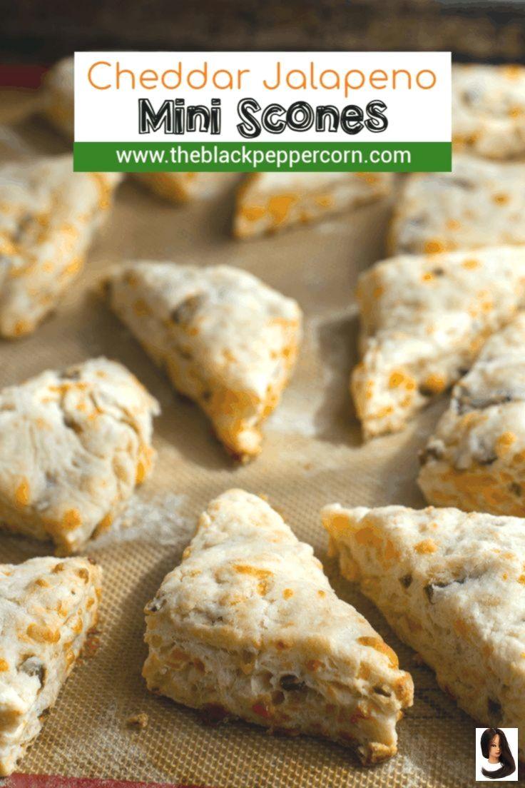 Cheddar and Jalapeno Mini Scones Recipe - The Black Peppercorn - Fresh baked che...        Cheddar und Jalapeno Mini Scones Rezept - The Black Peppercorn - Frisch gebackene Cheddar-Jalapeno-Scones sind Kekse mit viel Cheddar-Käse und gehacktem eingelegtem Jalapeño-Paprika. Am besten warm mit Suppe oder Chili!