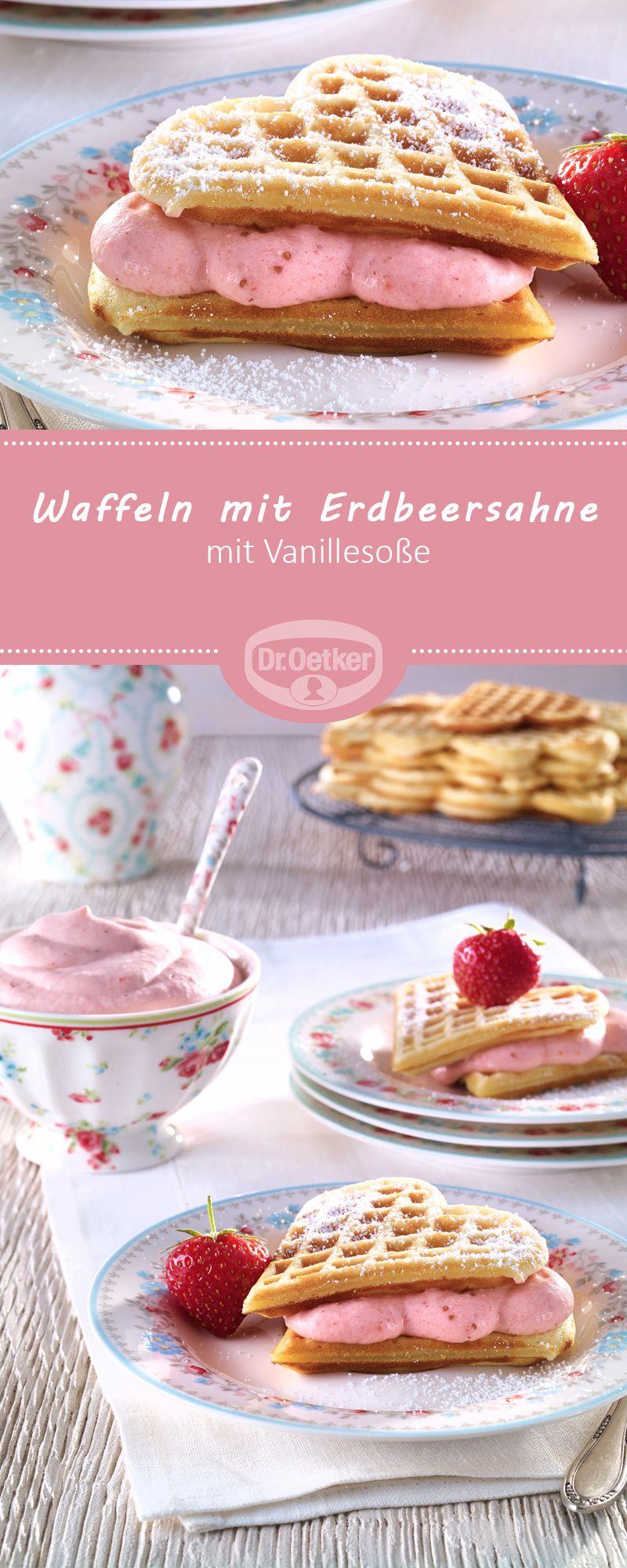Waffeln mit Erdbeersahne: Leckere Waffeln mit fruchtiger Erdbeersahne und Vanillesoße #waffel #erdbeer #herz