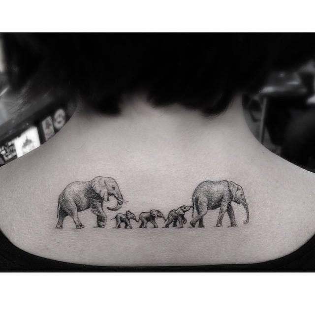 Tatouage noir et blanc , famille éléphant , tattoo B\u0026W , dos/nuque