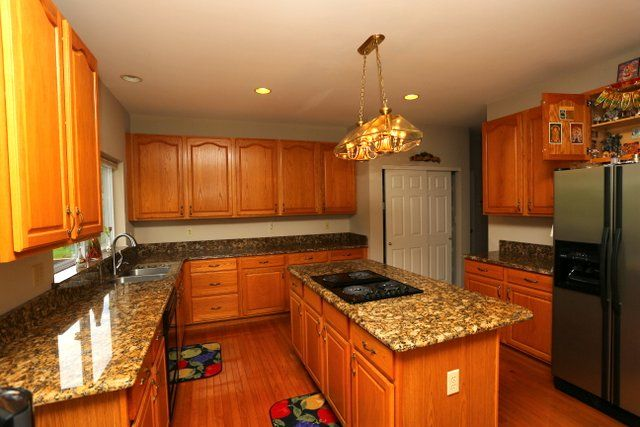 Oak Cabinets And Granite Yes They Blend Flawlessly Oak Cabinets Cheap Countertops Countertops