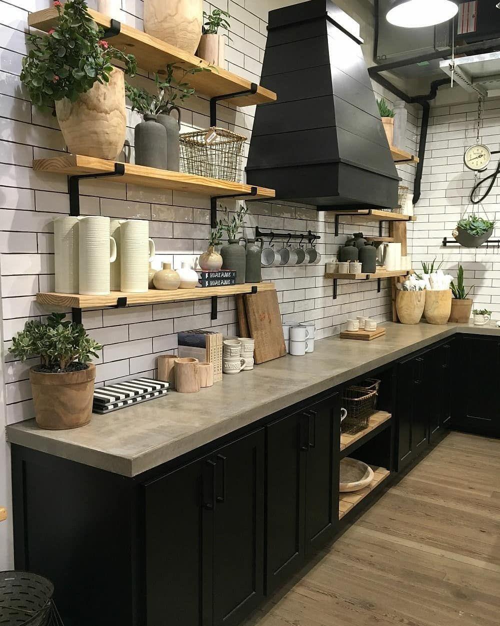 Cozinha Com Armarios Preto Bancada De Cimento Queimado E Azulejos