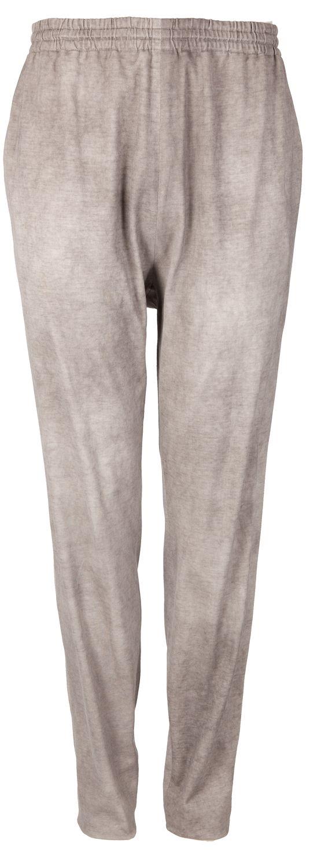 Leasure Chic: Gemütliche Hose in Grau von FIRMA Berlin. Die Baumwollhose ist im Used-Look, hat Eingriffstaschen und eine Gesäßtasche. Durch den weiten Schritt und den Gummibund sitzt sie Hose sehr angenehm!