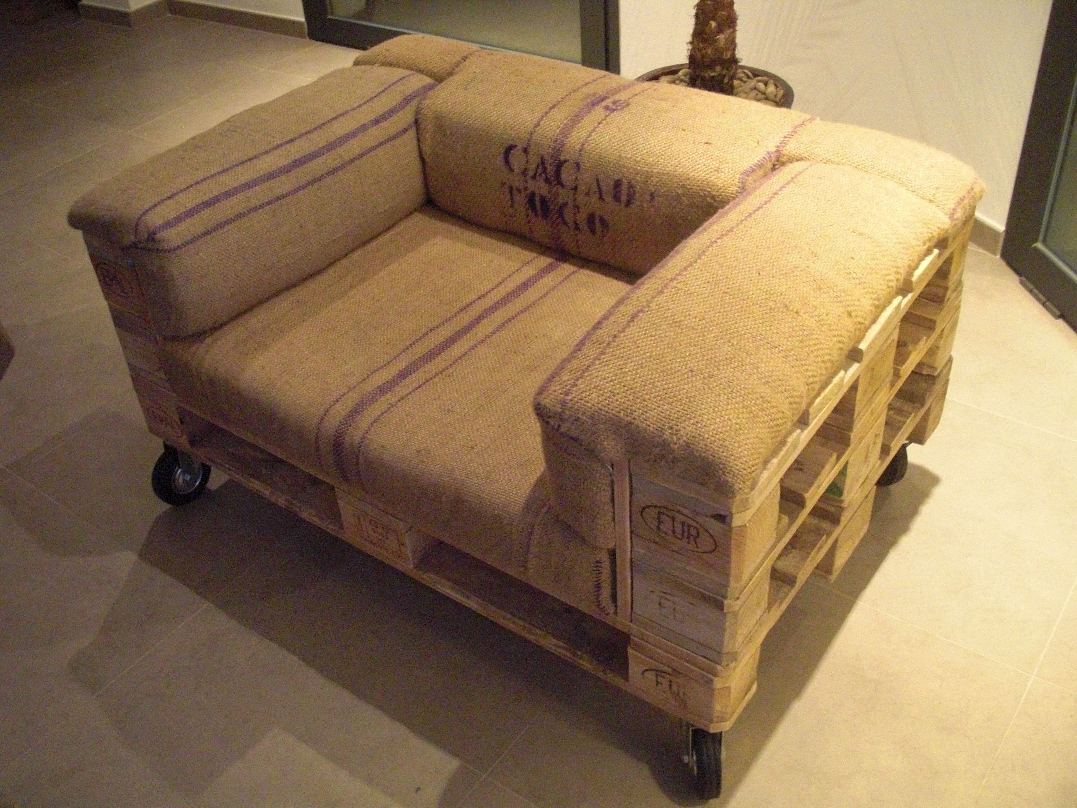 pallet armchair made from pallets and upholstered with grain sacks my take on the - Sillon Palets
