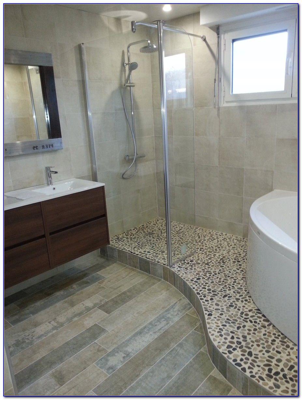 salle de bain avec douche et baignoire d 39 angle bains en. Black Bedroom Furniture Sets. Home Design Ideas