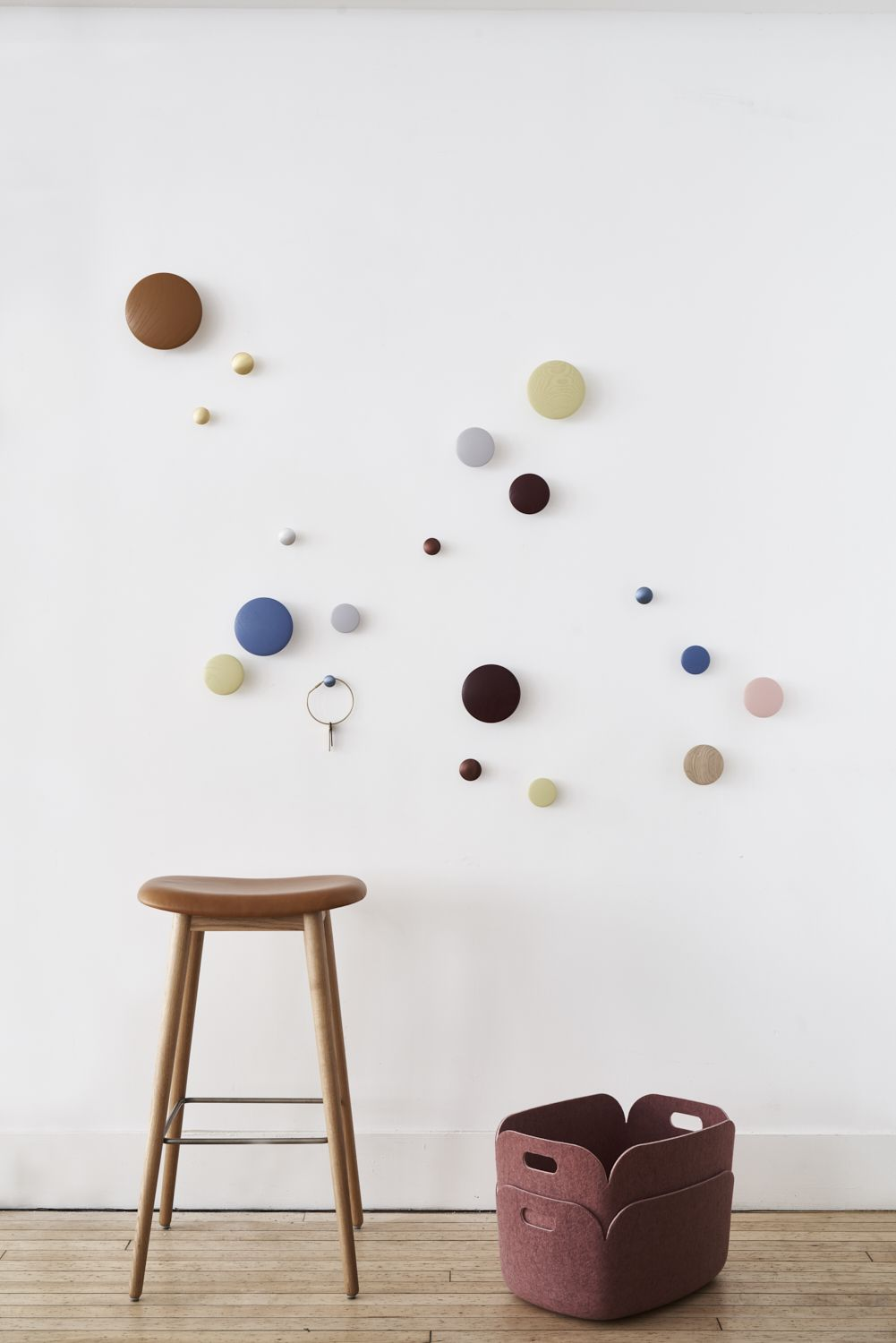 Taking a playful approach to the conventional coat hook, Dots can be arranged in infinite numbers and combinations in a variety of sizes, as exemplified here at NYCxDesign in New York. #muuto #newperspectives #scandinaviandesign #interior #interiordesign #deco #homedecor #nycxdesign #entreindretning