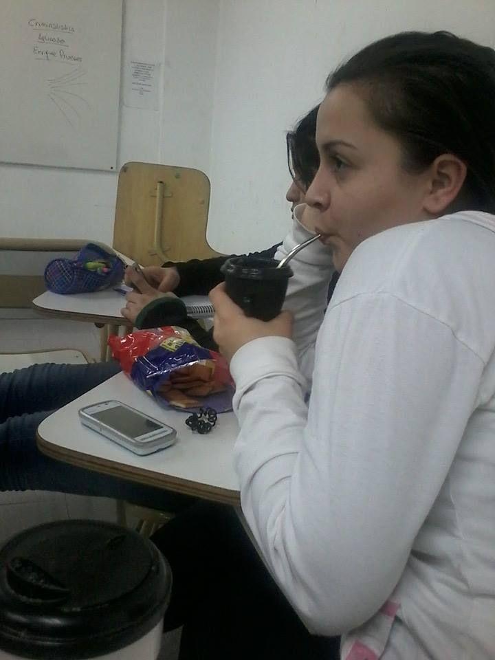 Paola Tesan en las clases de Criminología, tomando mate con bizcochitos.