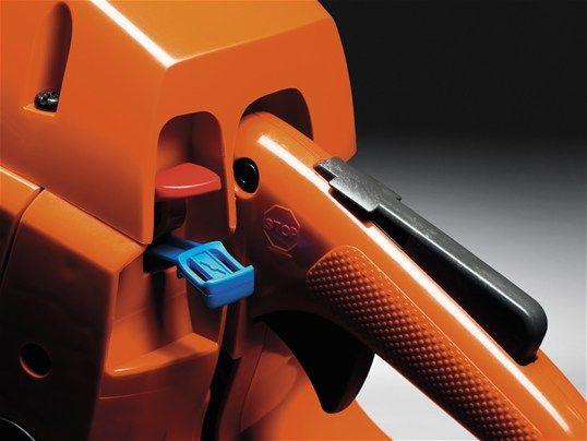 Control de parada combinado Mando combinado de parada y tirador de aire favorece el arranque y favorece el riesgo de ahogamiento del motor.