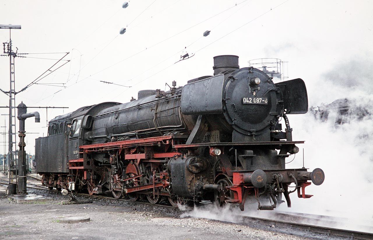Im letzten Jahr ihrer Einsatzbereitschaft war die 41 097 als 042 097 beim Bw Rheine, sie gehört noch zu den relativ sauberen Maschinen. ---- Germany