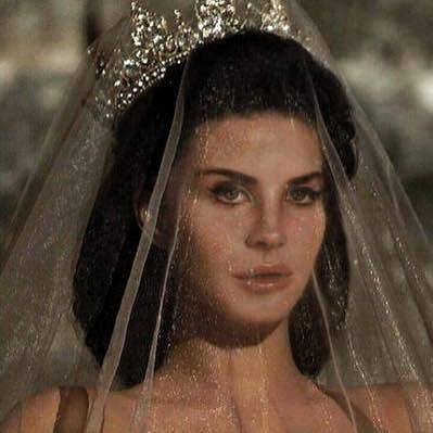 #qotd do you like lana del rey? #aotd yaass #aesthetic #theme #gold #lanadelrey #veil #crown #beauty #queen #eyebrows #eyeliner #fashion