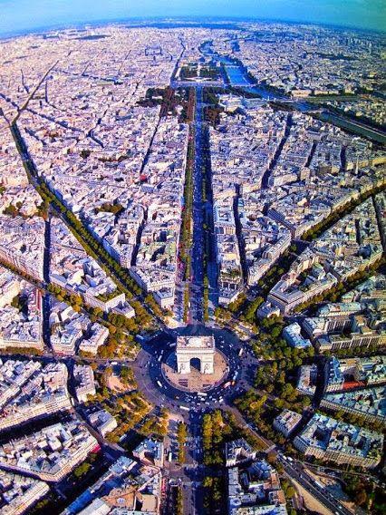 Imagem fantástica das 12 avenidas que desembocam no Arco do Trinfo (Via World Explore). #paris #champselysees #arcodotriunfo