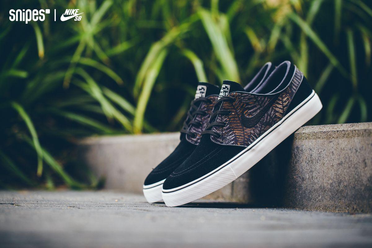 Der NIKE SB Zoom Stefan Janoski ist mittlerweile definitiv ein Skate Klassiker und bekommt in dieser Version ein florales Muster auf den seitlichen, textilen Overlays verpasst. Wie immer mit dabei sind die Sohle mit Fischgrätenprofil und die Zoom-Air-Dämpfung. Sizerun: 40-48.5 Preis: 84,99 Euro #sneaker #nike #nikeSB #snipes