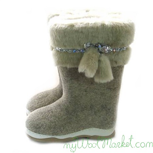 Women's grey woolen winter boots with rubber sole and fur