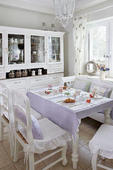 Kuchnia Urządzona Na Białoklasycznie I Elegancko Kredens