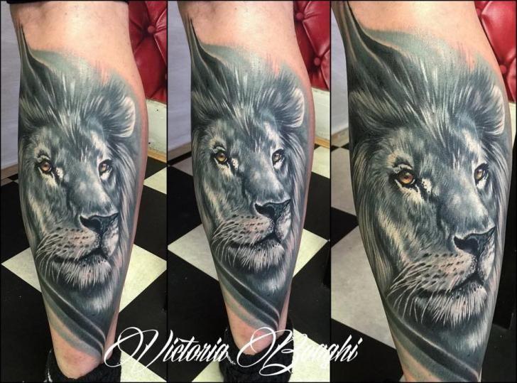 Tatuagem Realísticas Panturrilha Leão por Victoria Boaghi