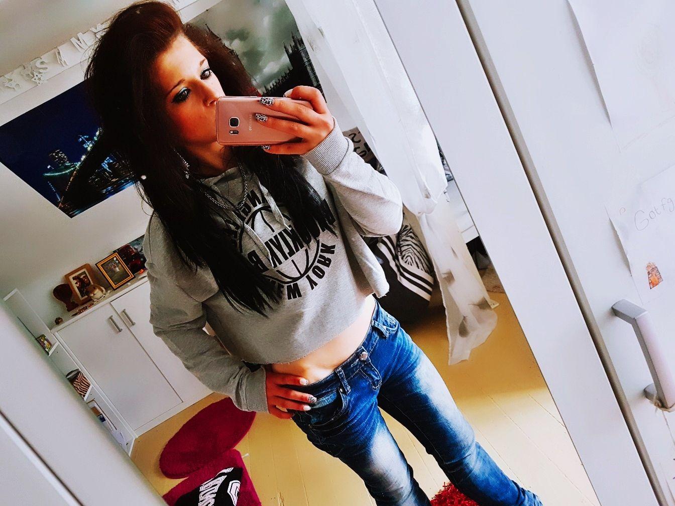 Shelly Abdallah mit braunen Haaren