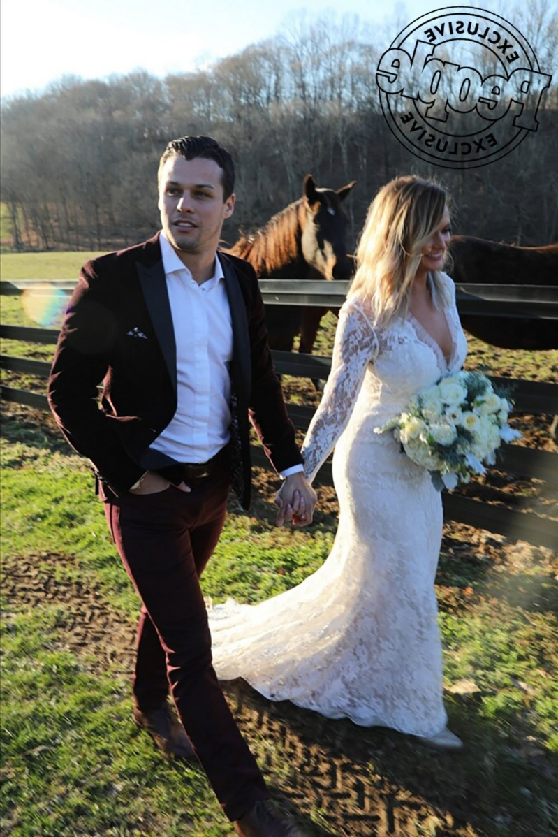 Entertainment Miranda Lambert Reveals She Secretly Married Brendan Mcloughlin My Heart In 2020 Miranda Lambert Wedding Miranda Lambert Wedding Dress Miranda Lambert