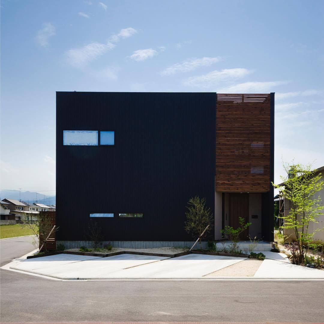 黒ガルバと木ルーバーの家 駐車計画を斜めにするだけで直線的な外観