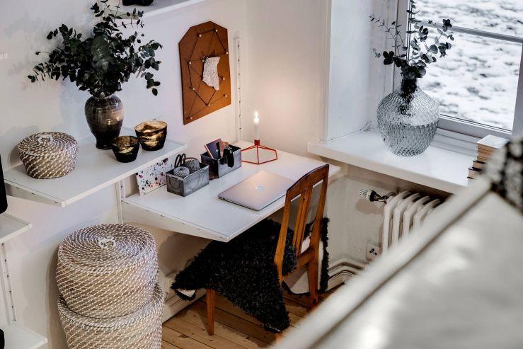 Knus ingerichte studio met hoogslaper planten potten huisje