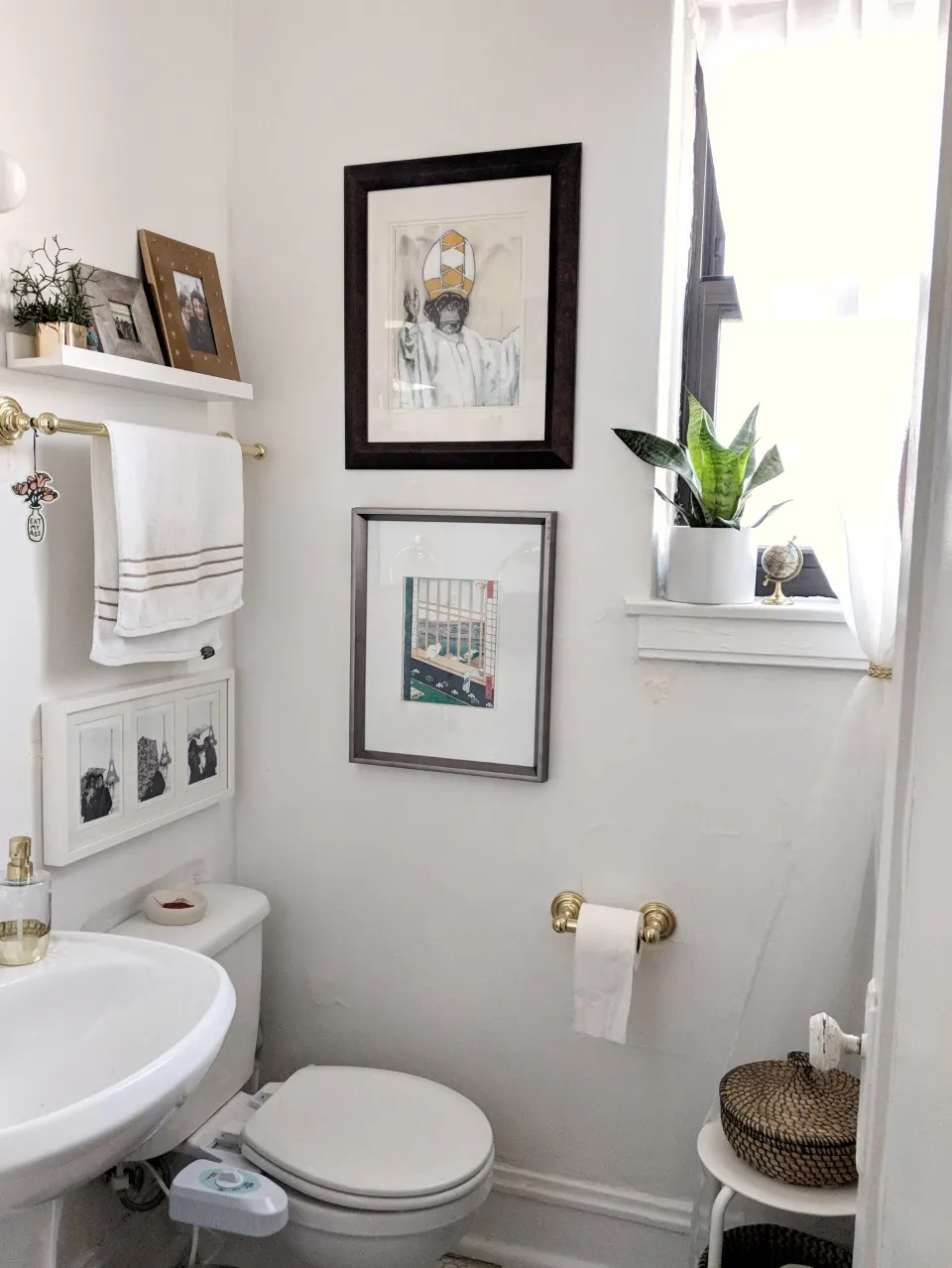 25 Genius Design Storage Ideas For Your Small Bathroom Small Apartment Therapy Bathroom Design Small Apartment Therapy Small Spaces