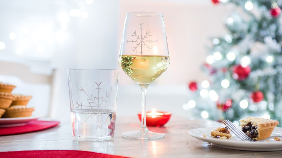 Snowflake decorated wine glass | How to decorate drinking ...