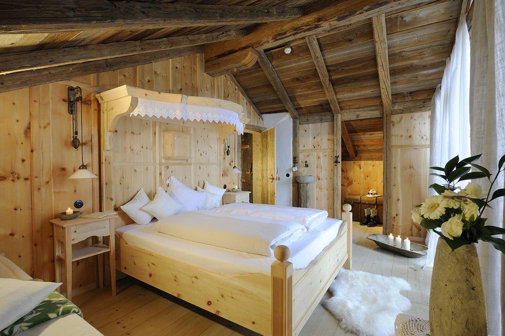 Zimmer - Schlafen umgeben von Zirbenholz | Bett | Pinterest | Bett ...